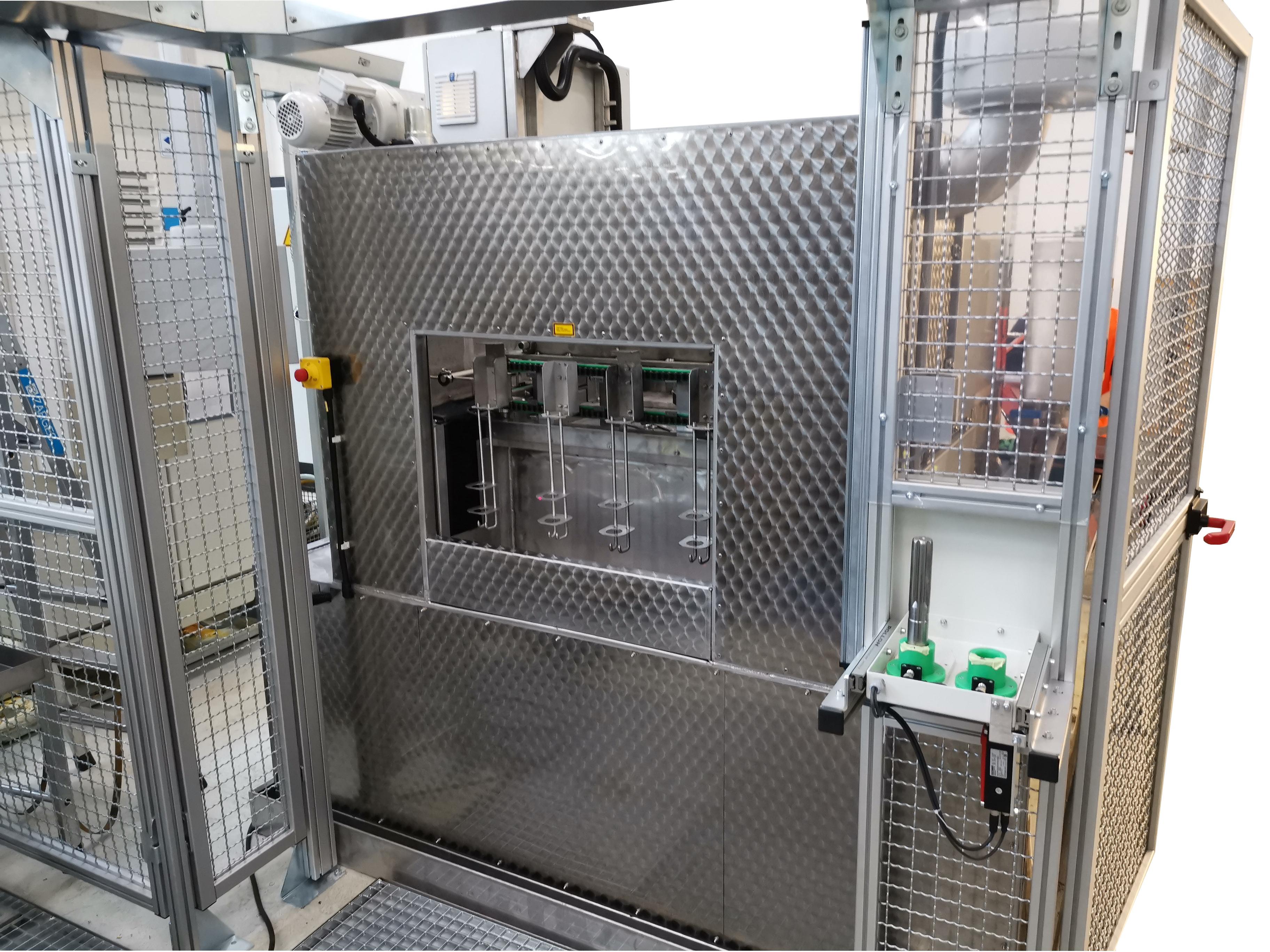 Tunnel de lavage chargé par robot lavage/ rinçage / séchage avec des dispositifs de fixation pour les pièces à laver